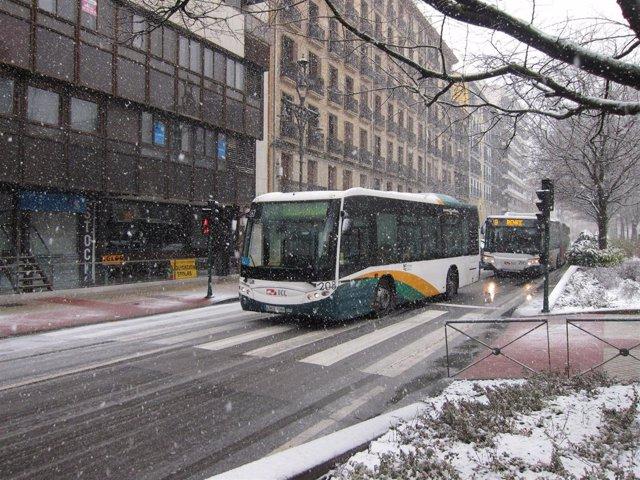 Villavesas circulando en Pamplona con nieve.
