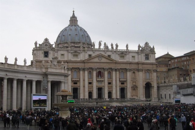 Peregrinos Vaticano durante el Cónclave