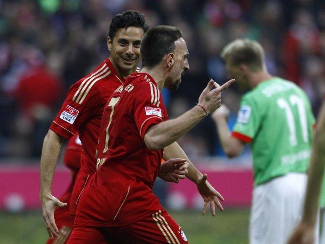 Ribery y Pizarro celebran un gol del Bayern Munich