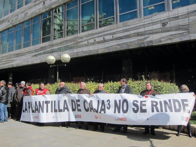 Concentración de los trabajadores de Caja3 en la sede de Ibercaja.