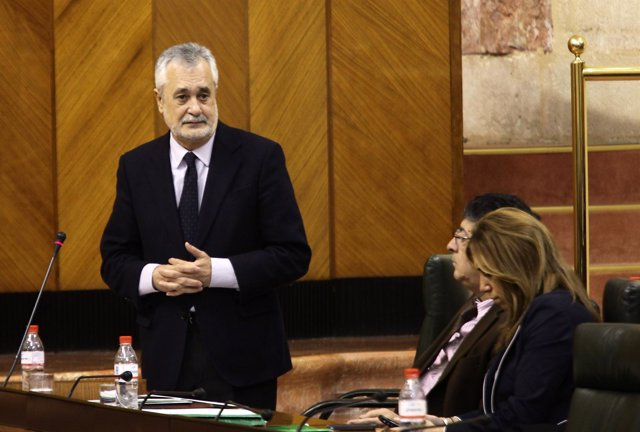 Griñán responde a una pregunta en el Pleno del Parlamento