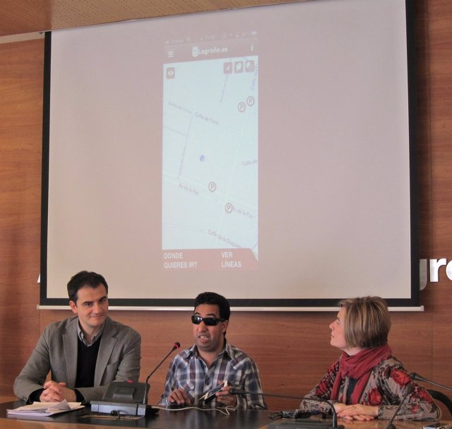 Sáinz y Corres escuchan la explicación de Chaaban sobre la aplicación