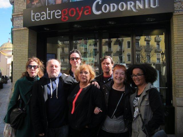 Reparto de 'Bona Gent' en el Teatro Goya de Barcelona