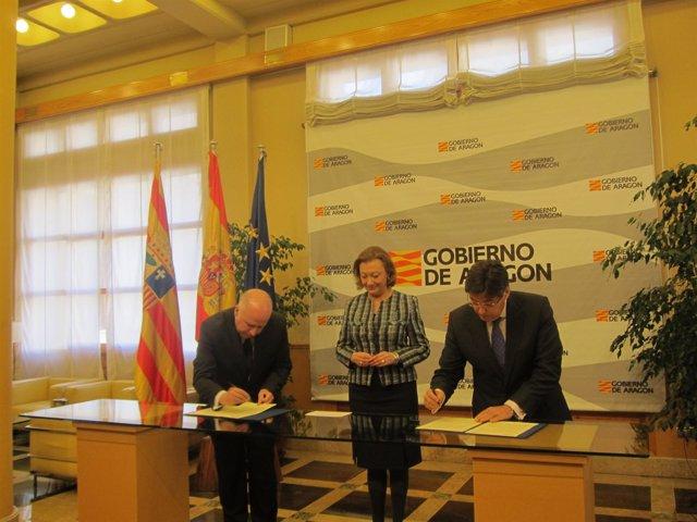 Rudi preside la firma entre  KPMG y el Gobierno de Aragón.