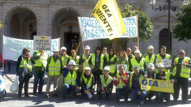 Trabajadores despedidos de GEA 21 se concentran ante el Ayuntamiento de Sevilla
