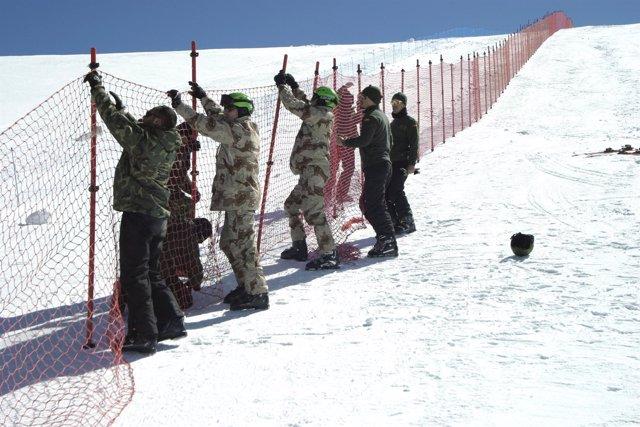 Colocación redes para el Slalom Gigante Paralelo en Sierra Nevada