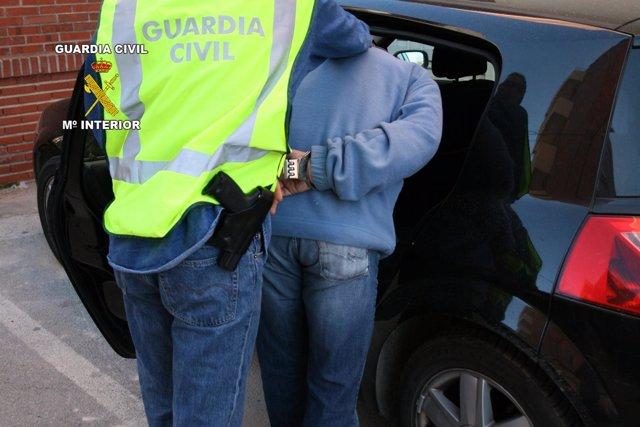 Un Detenido Es Trasladado Por Un Agente De La Guardia Civil (Foto De Archivo)