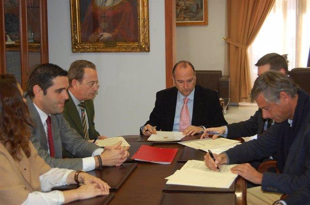 El alcalde de Almería firma convenio con hoteleros