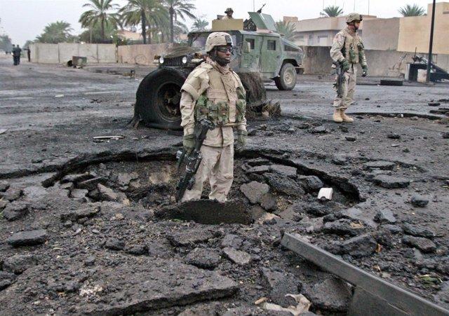 Soldados de EEUU tras la explosión de una bomba en Bagdad en 2004