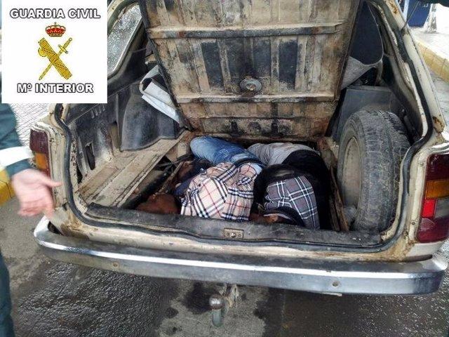 Dos inmigrantes en un doble fondo de un vehículo en Melilla