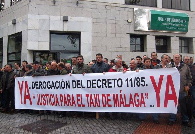 Taxistas de Málaga protestan ante la Consejería de Fomento y Vivienda