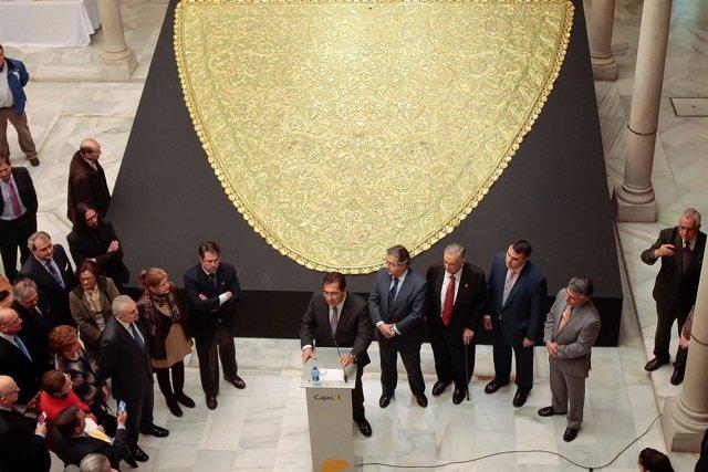 Inauguración de la muestra sobre la restauración del manto tisú de la Macarena