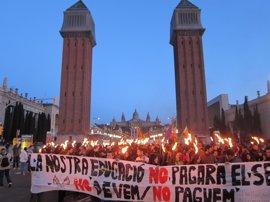 Marcha con antorchas en defensa de la educación pública en Barcelona