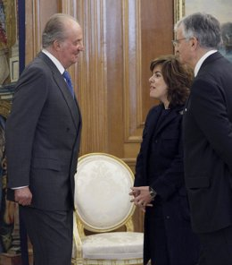 El Rey Conversa Con Soraya Sáez De Santamaría Y Eduardo Torres-Dulce