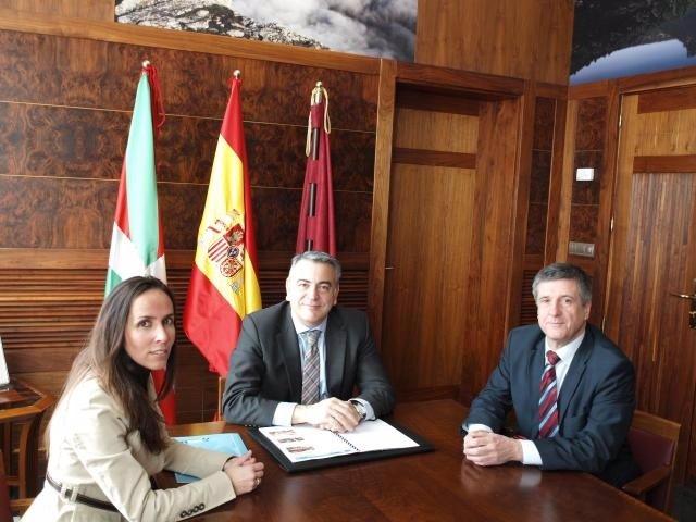 Javier de Andrés con los representantes de Ausarki e Hirukide.