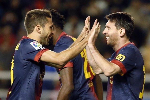 Jordi Alba y Messi celebran el quinto gol