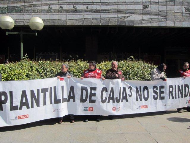 Concentración de los trabajadores de Caja3 frente a la sede de Ibercaja.