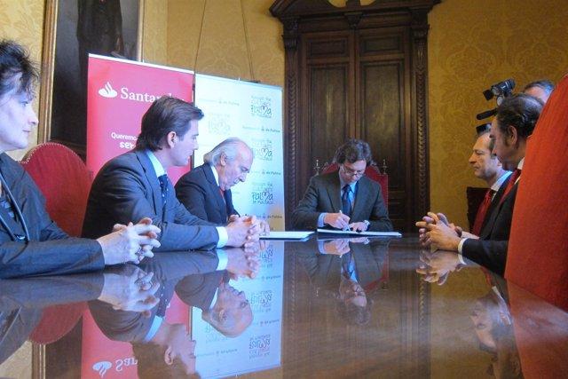 Mateo Isern firmando un convenio con Antonio Escámez