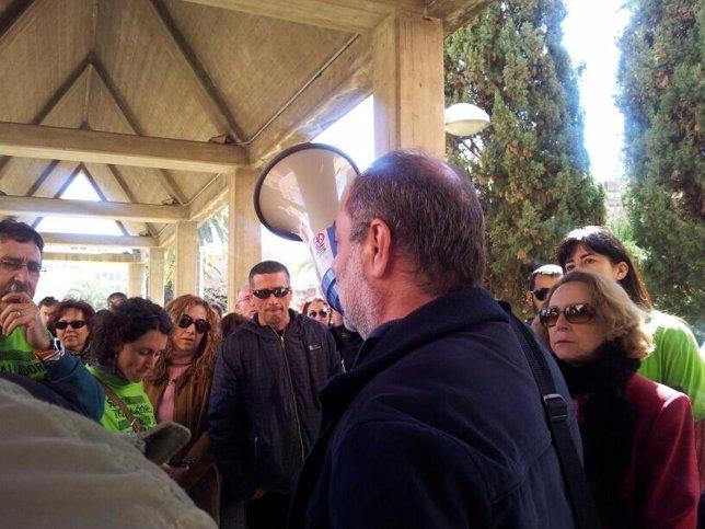 Un portavoz sindical ante los interinos concentrados en Conselleria