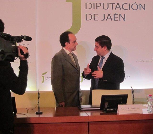 Rodríguez y Reyes conversan antes de firmar el acuerdo sobre turismo.