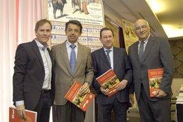 Enrique Romero y el equipo de 'Toros para todos' recien un homanaje