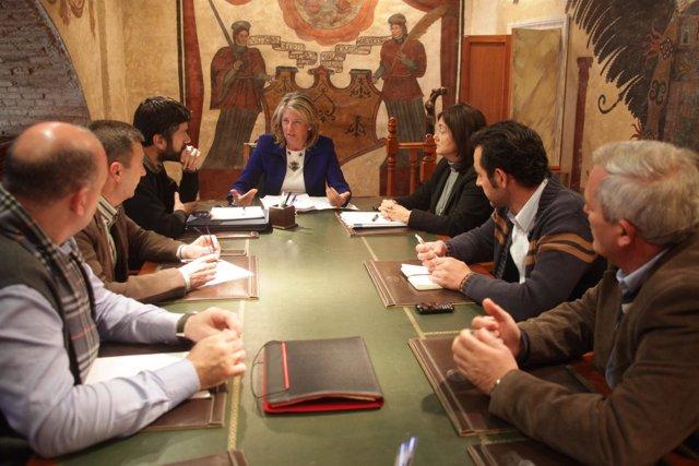 La alcaldesa de Marbella se reúne con los grupos municipales