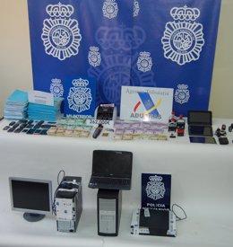 Dinero, ordenadores y demás material intervenido por la Policía