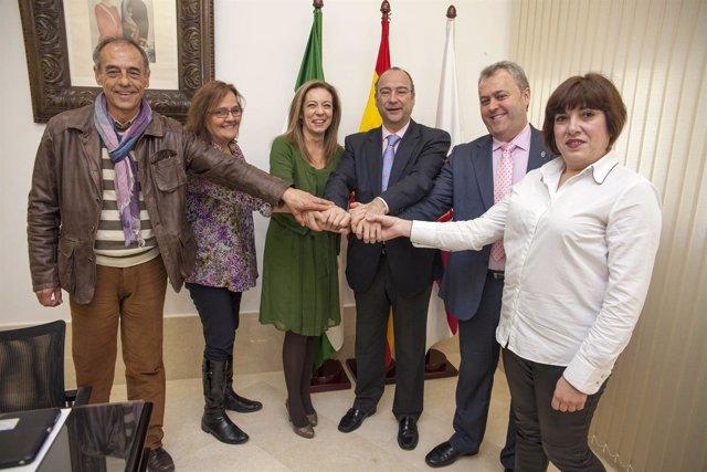 El alcalde, tras la firma del convenio colectivo de la institución