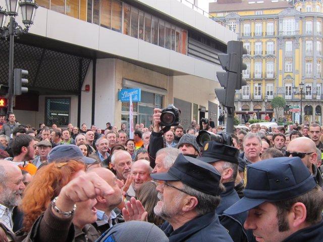 Manifestantes y policías discuten en la calle Manuel Pedregal.