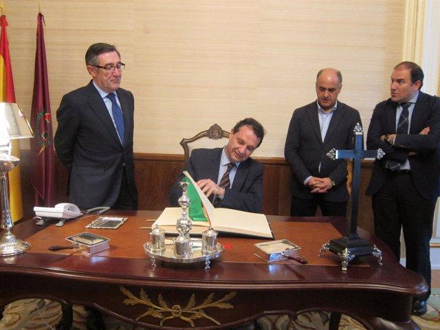 El alcalde de Segovia firma el libro de oro del Ayuntamiento de Santiago