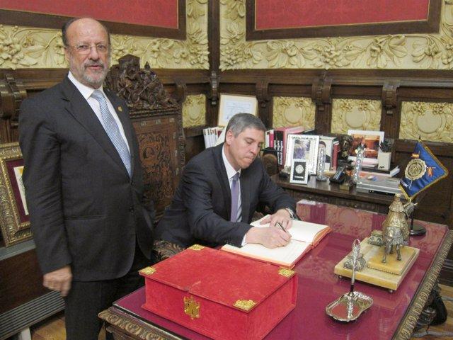 De los Mozos firma en el Libro de Honor de la ciudad en compañía del alcalde