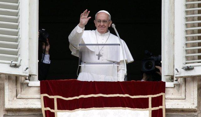 El Papa Francisco en el balcón de su apartamento en el Vaticano