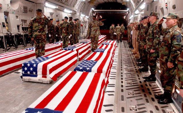 Féretros con los cuerpos de soldados de EEUU muertos en Irak