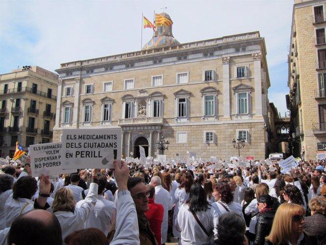 Concentración de farmacéuticos ante la Generalitat