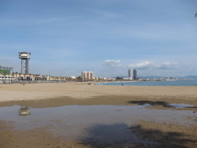 Playas y litoral de Barcelona con el teleférico y la Barceloneta al fondo.