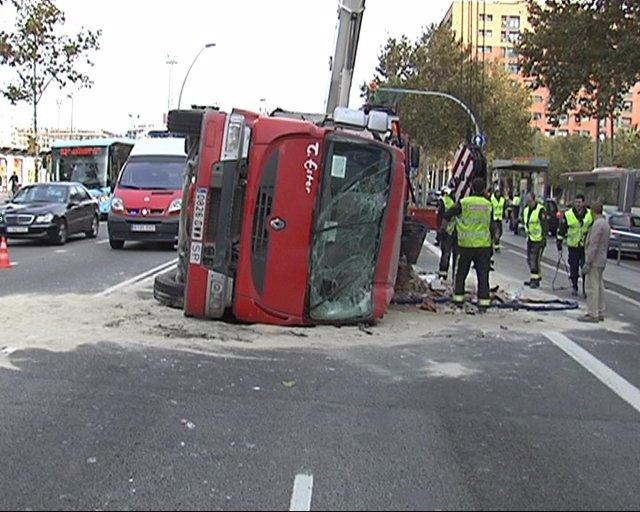 Camión Volcado En La Gran Via De Barcelona