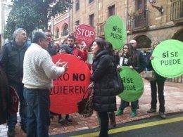 Carmen Rodríguez Manuiega con activistas anti desahucios