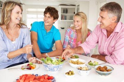 Cenar regularmente con la familia contribuye a una buena salud mental en los adolescentes
