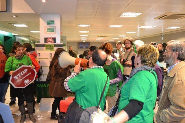 Activistas de la PAH durante la ocupación de una sucursal de Bankia