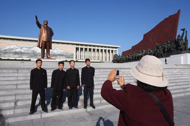 Turistas fotografían miembros ejército Corea del Norte