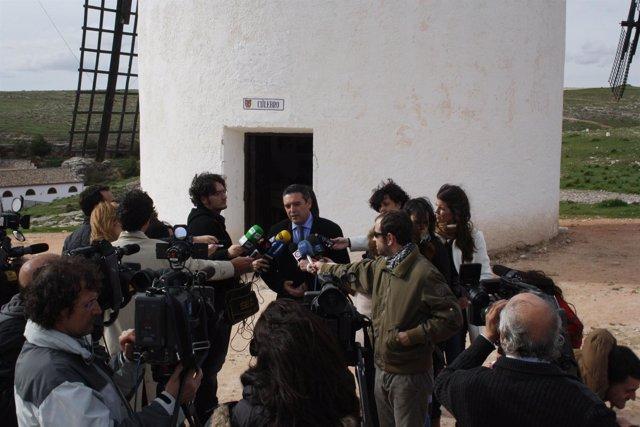 El alcalde atiende a los medios en el Molino de Sara Montiel