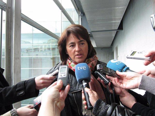 La consejera de Salud, Marta Vera, atendiendo a los periodistas