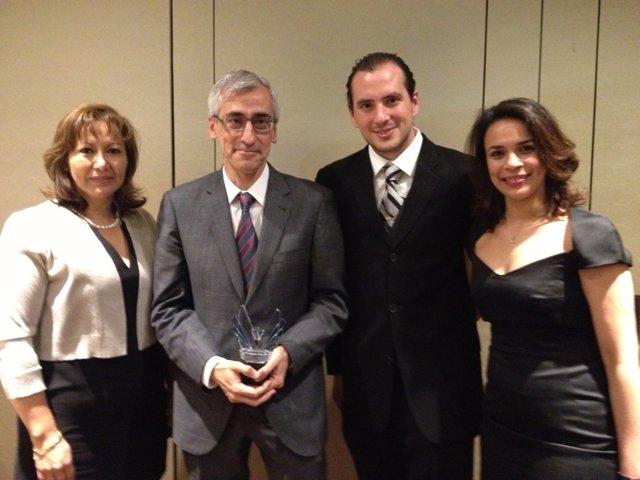 El director del máster, Carlos Barrera, junto a tres alumnos.
