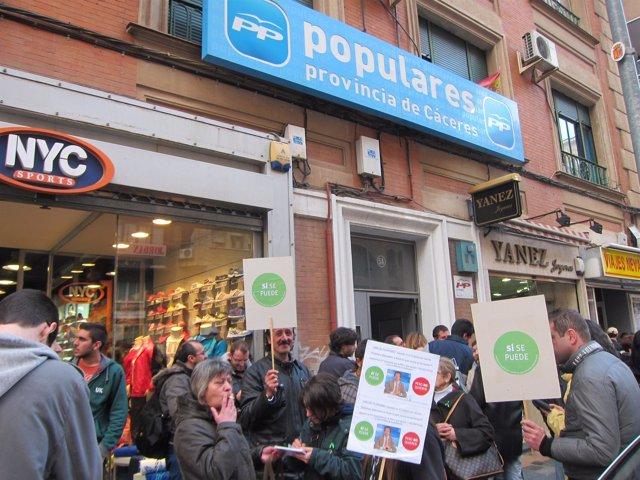 Protesta De La Plataforma De Afectados Por La Hipoteca Frente Al PP De Cáceres