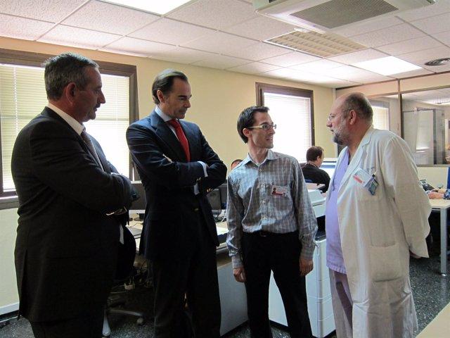 Llombart visita la unidad de sepsis del Hospital Peset
