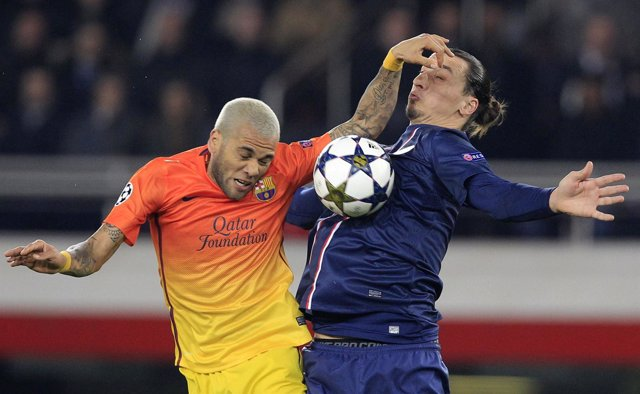 Dani Alves (FC Barcelona) y Zlatan Ibrahimovic (PSG)
