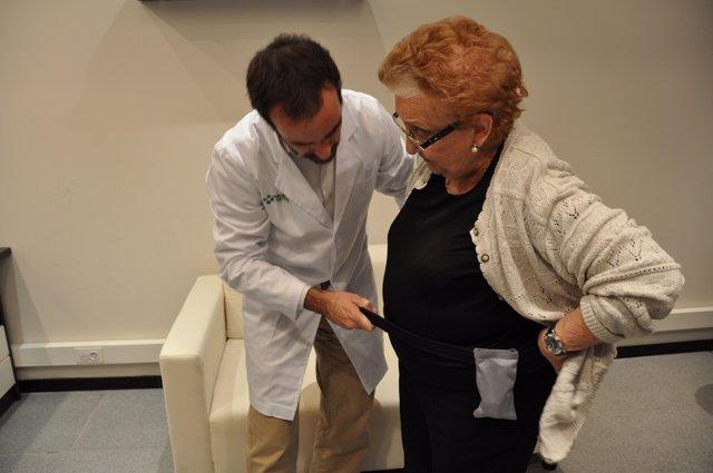 Imagen de una paciente colocándose el sensor del proyecto 'Help' de Telefónica