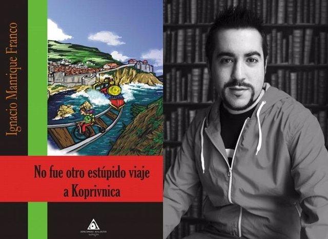 Ignacio Manrique junto a la portada de su libro