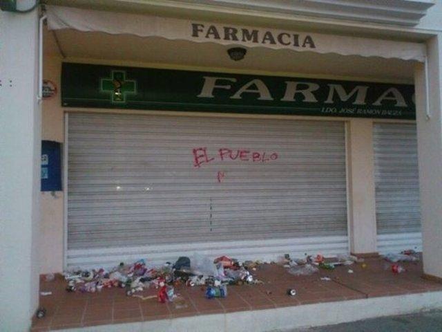 La farmacia de Bauzá ha aparecida rodeada de basura