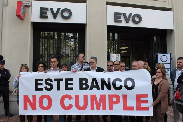 Acto de protesta realizado por el alcalde de Albal en una entidad bancaria.